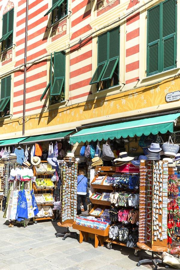 Kolorowy rynek opóźnia z pamiątkami na ulicie typowy Włoski nadmorski miasteczko, Monterosso, Cinque Terre, Włochy fotografia stock