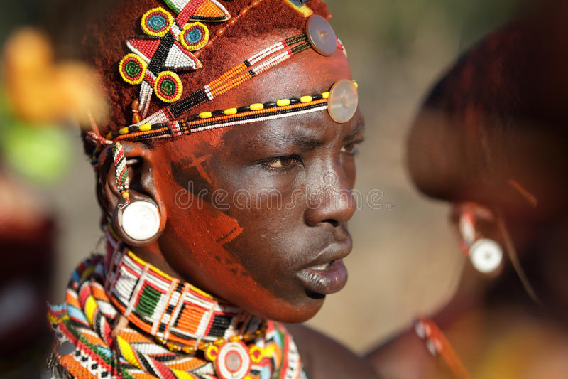 Kolorowy Samburu wojownik w łuczniczki poczta, Kenja fotografia royalty free