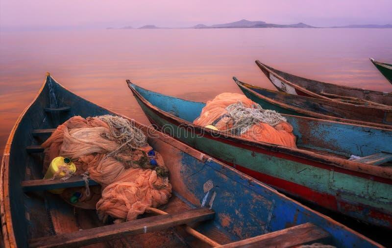 Kolorowy sceniczny zmierzch z łodziami rybackimi na Mfangano wyspie, jezioro wiktorii, Kenja fotografia stock