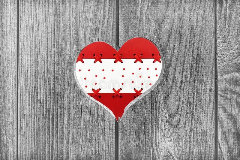Kolorowy serce na drewnianym tle fotografia stock