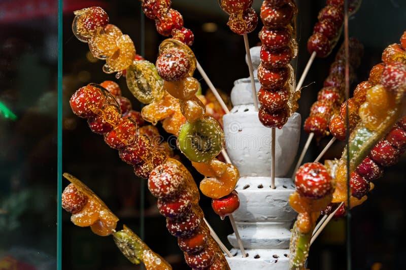 Kolorowy smakowity owocowy cukierek na kijach zdjęcie stock