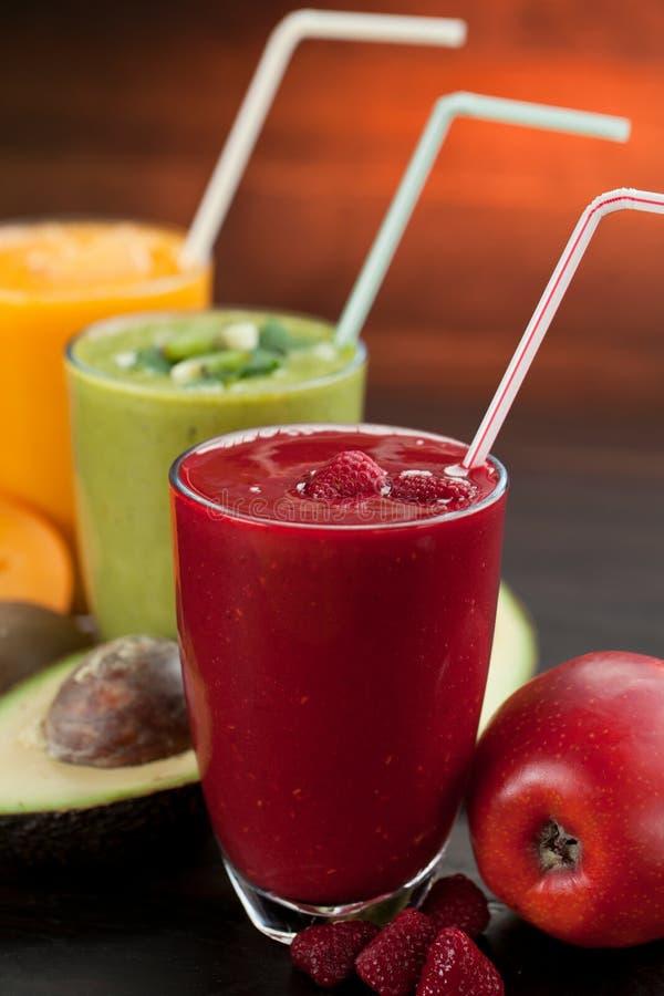 Kolorowy smoothie, zdrowa detox witaminy dieta lub weganinu karmowy pojęcie, świeże witaminy, śniadaniowy napój obrazy royalty free