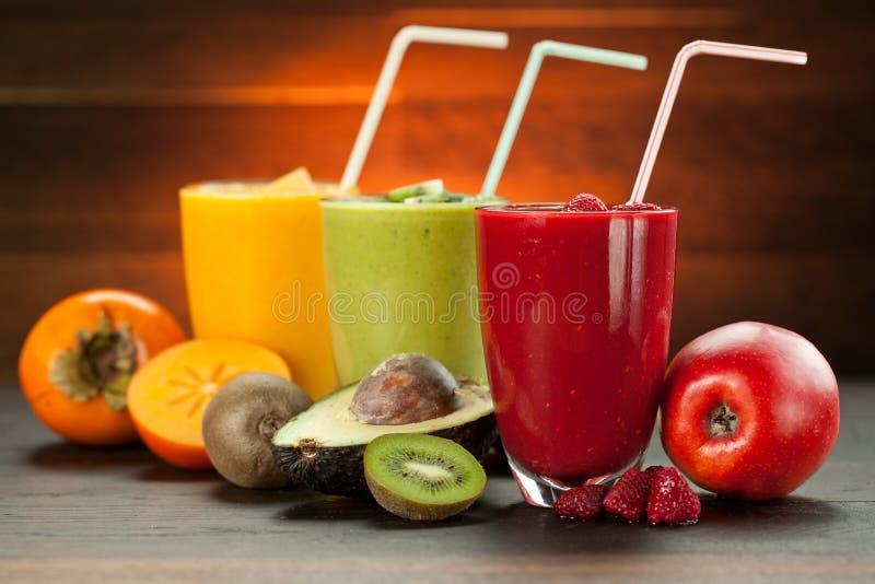 Kolorowy smoothie, zdrowa detox witaminy dieta lub weganinu karmowy pojęcie, świeże witaminy, śniadaniowy napój fotografia royalty free