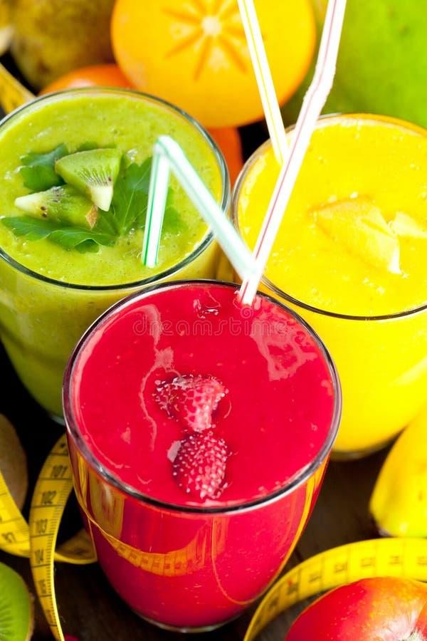Kolorowy smoothie, zdrowa detox witaminy dieta lub weganinu karmowy pojęcie, świeże witaminy, śniadaniowy napój obraz stock
