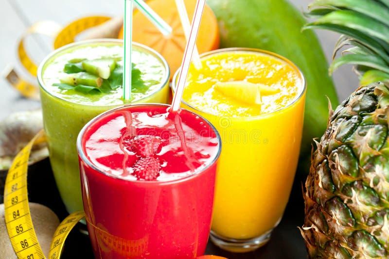 Kolorowy smoothie, zdrowa detox witaminy dieta lub weganinu karmowy pojęcie, świeże witaminy, śniadaniowy napój zdjęcie royalty free
