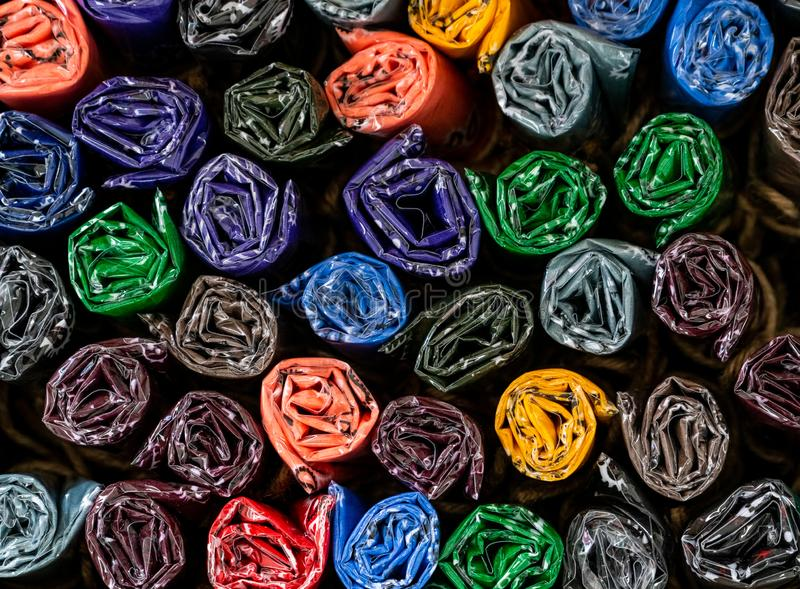 Kolorowy staczający się i wiązany szalik Ręcznie robiony dla prezentów przy pamiątkarskim sklepem Staczający się w górę chustecze zdjęcia royalty free