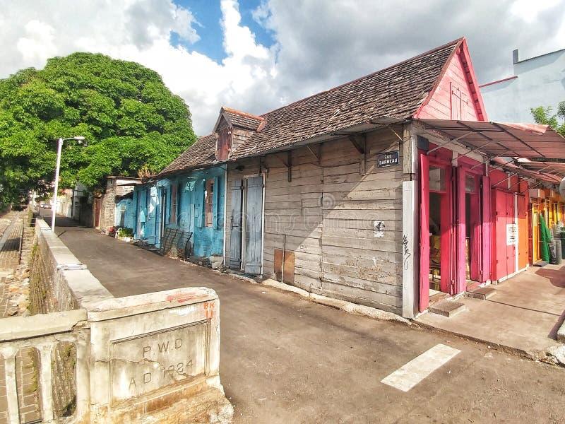 Kolorowy stary drewniany dom starym mostem fotografia stock