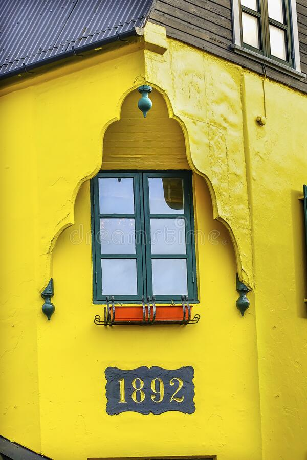 Kolorowy stary islandzki Yellow House Street Reykjavik Islandia fotografia royalty free
