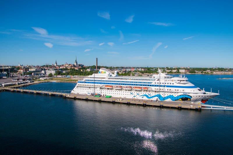 Kolorowy statek wycieczkowy AIDA Car zobaczy dokował i rozładowywający turystów dla dnia w quint turystycznym miejscu przeznaczen zdjęcia stock