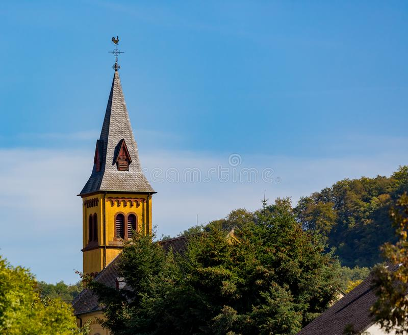 Kolorowy steeple przebija niebo nad Grevenmacher fotografia stock