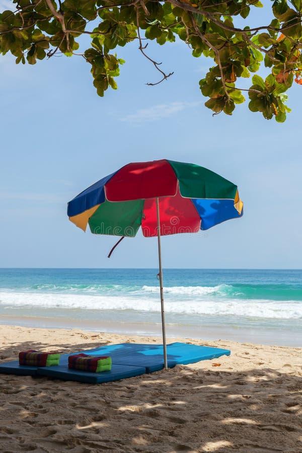 Kolorowy sunshade na plaży obraz royalty free
