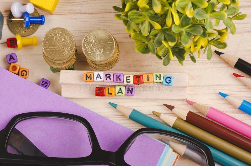 Kolorowy sześcian z słowa MARKETINGOWYM planem na drewnianym biurku zdjęcia stock
