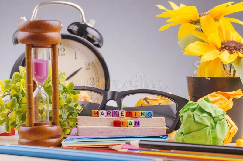 Kolorowy sześcian z słowa MARKETINGOWYM planem na drewnianym biurku zdjęcie stock