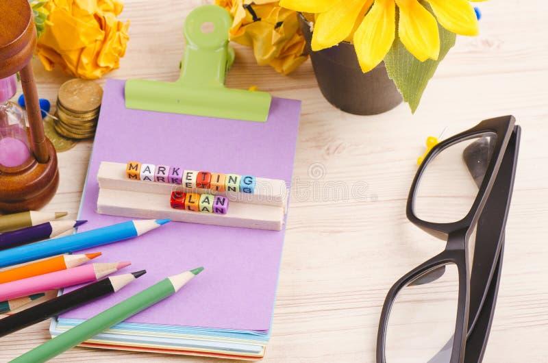 Kolorowy sześcian z słowa MARKETINGOWYM planem na drewnianym biurku zdjęcia royalty free