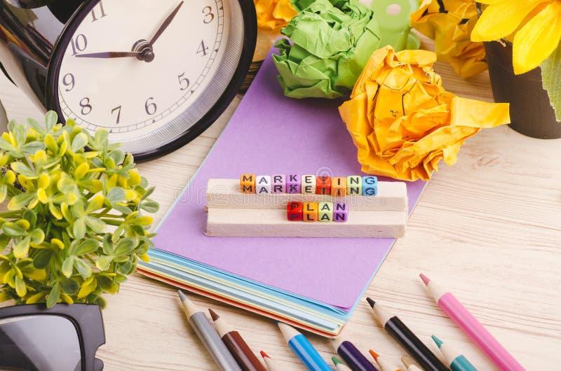 Kolorowy sześcian z słowa MARKETINGOWYM planem na drewnianym biurku zdjęcie royalty free
