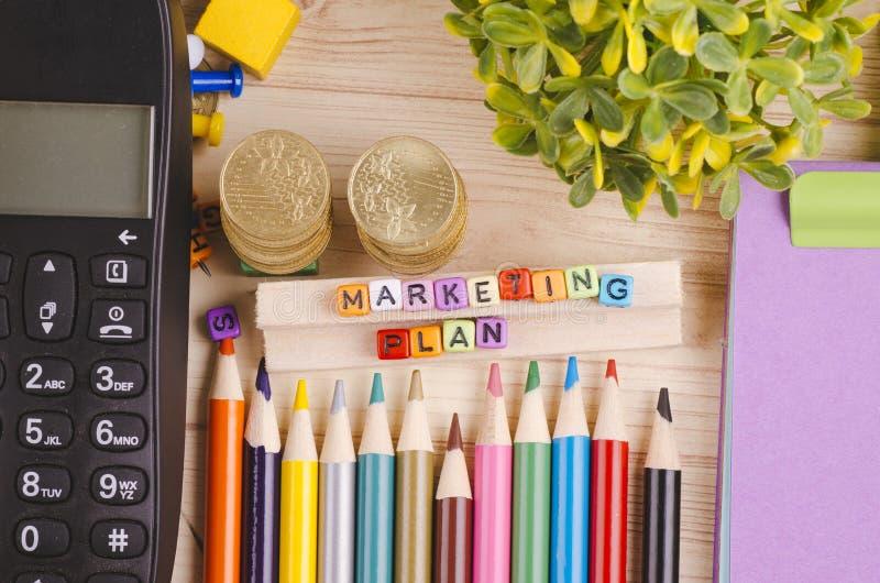 Kolorowy sześcian z słowa MARKETINGOWYM planem na drewnianym biurku fotografia royalty free