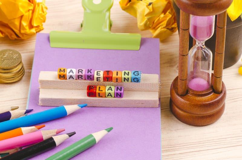 Kolorowy sześcian z słowa MARKETINGOWYM planem na drewnianym biurku fotografia stock