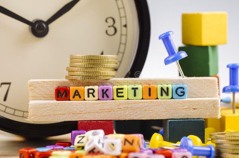 Kolorowy sześcian z słowem marketing na drewnianym biurku obrazy stock