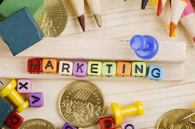 Kolorowy sześcian z słowem marketing na drewnianym biurku fotografia stock