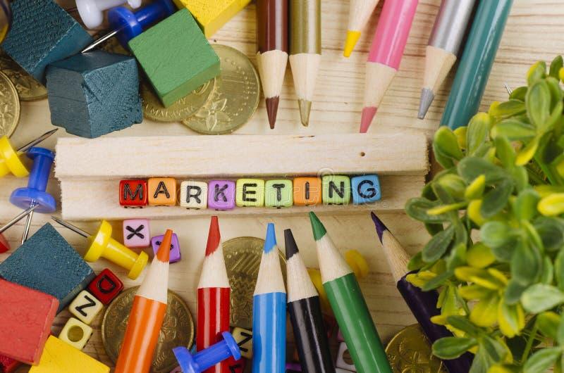 Kolorowy sześcian z słowem marketing na drewnianym biurku zdjęcia royalty free
