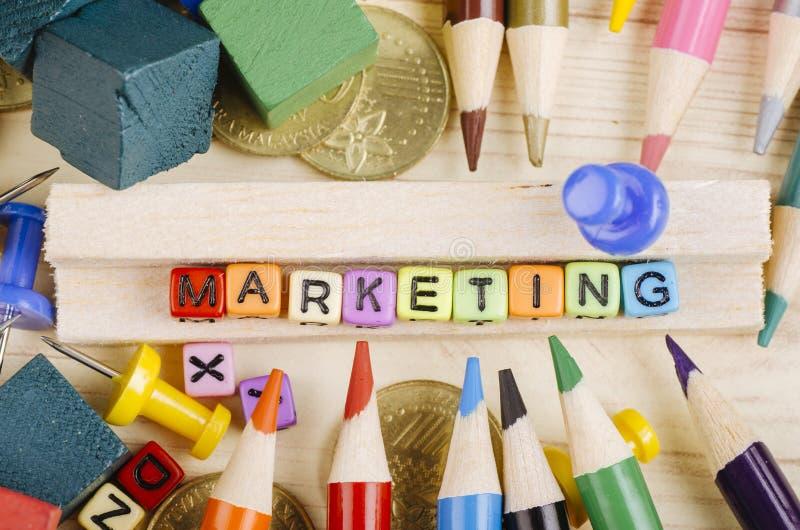 Kolorowy sześcian z słowem marketing na drewnianym biurku zdjęcie royalty free