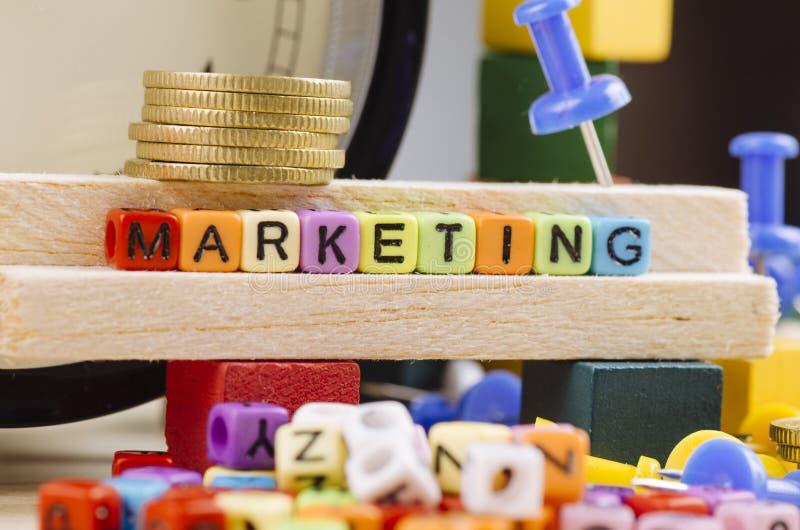 Kolorowy sześcian z słowem marketing na drewnianym biurku obraz royalty free