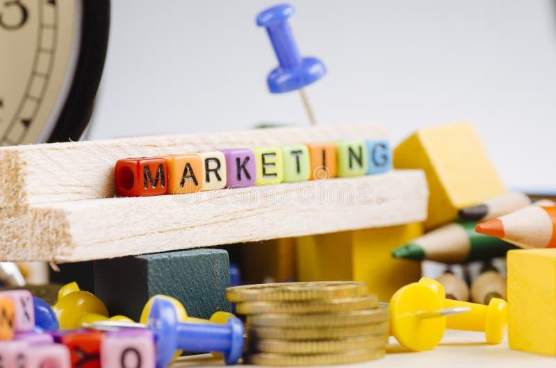 Kolorowy sześcian z słowem marketing na drewnianym biurku zdjęcia stock
