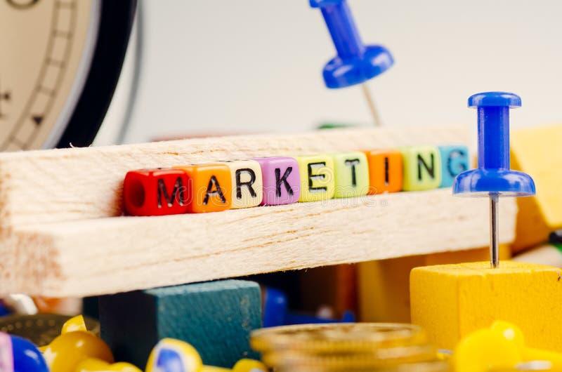 Kolorowy sześcian z słowem marketing na drewnianym biurku fotografia royalty free