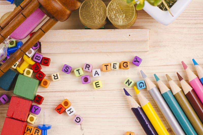 Kolorowy sześcian z słowem na drewnianym biurku zdjęcia stock