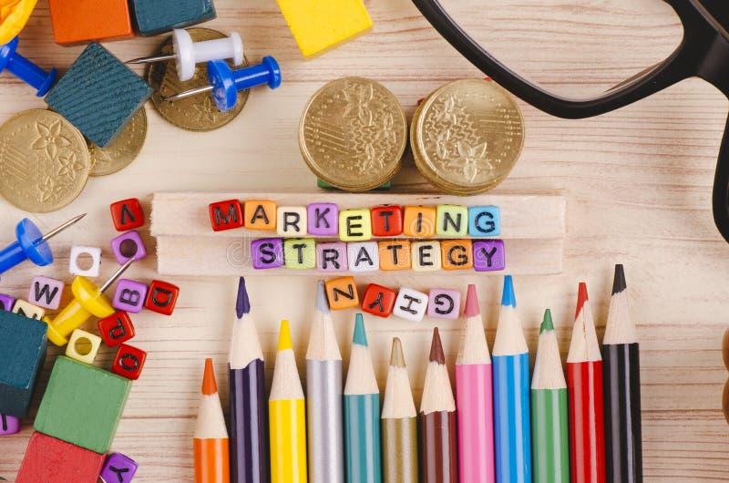 Kolorowy sześcian z słowem strategia marketingowa na drewnianym biurku obraz royalty free