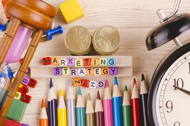 Kolorowy sześcian z słowem strategia marketingowa na drewnianym biurku zdjęcie stock
