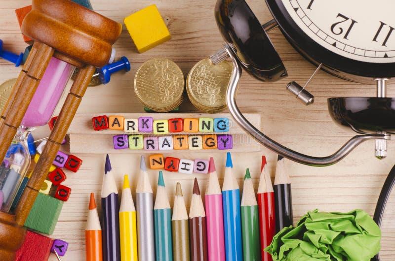 Kolorowy sześcian z słowem strategia marketingowa na drewnianym biurku fotografia royalty free