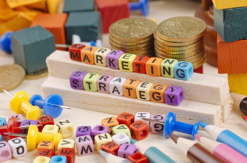 Kolorowy sześcian z słowem strategia marketingowa na drewnianym biurku zdjęcie royalty free