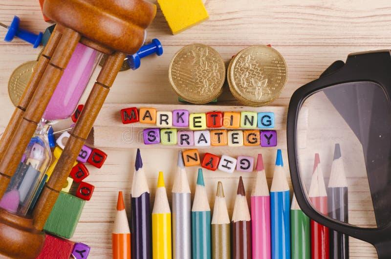 Kolorowy sześcian z słowem strategia marketingowa na drewnianym biurku fotografia stock