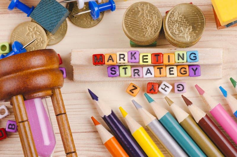 Kolorowy sześcian z słowem strategia marketingowa na drewnianym biurku zdjęcia stock