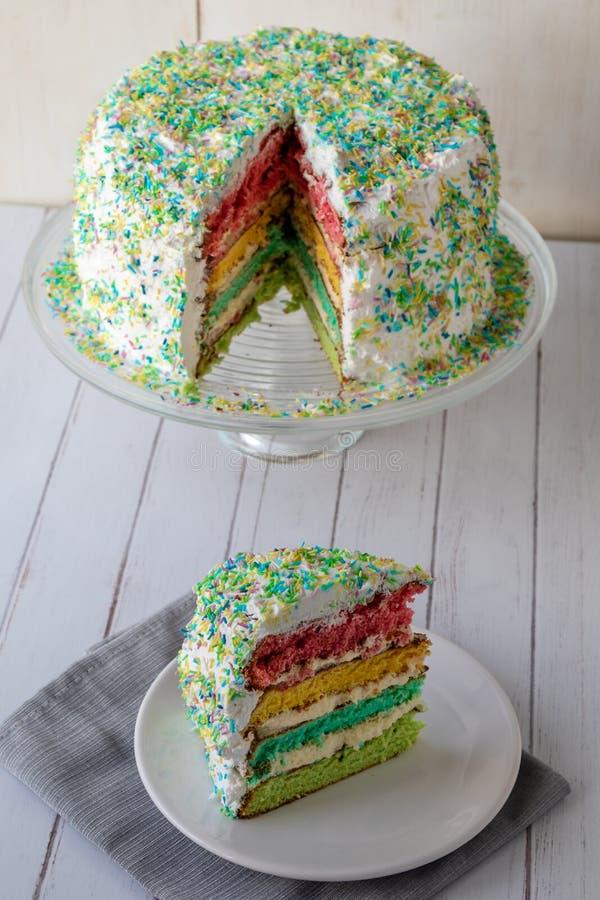 Kolorowy tęcza tort zdjęcia royalty free