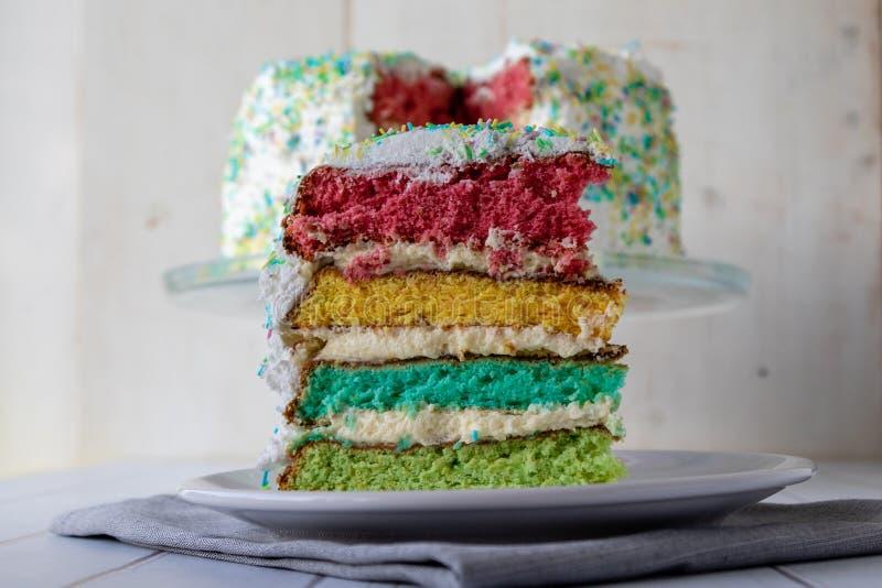 Kolorowy tęcza tort zdjęcie royalty free