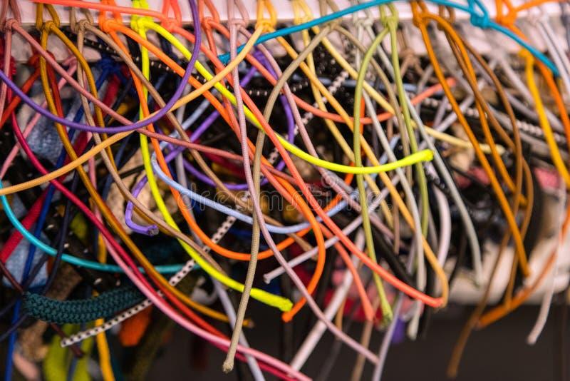 Kolorowy tło tęcza barwi gumowych zespołów na pokazie wewnątrz zdjęcia stock