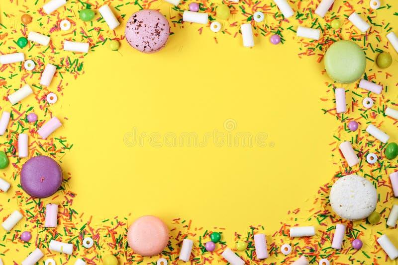 Kolorowy t?o z cukierkami, marshmallows i macaroons na ? zdjęcia stock