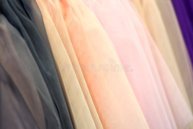 Kolorowy tkanina tiul abstrakcyjny tło Selekcyjna ostrość fotografia stock