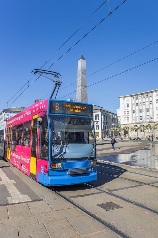 Kolorowy tramwaj przy królewiątkami obciosuje w centrum Kassel zdjęcia royalty free