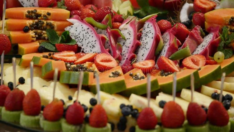 Kolorowy Tropikalnej owoc ślubny bufet obrazy royalty free