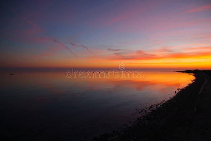 Kolorowy uroczy zmierzch przy Duńską plażą zdjęcia stock
