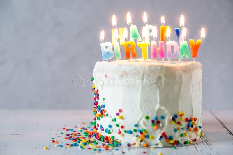 Kolorowy urodzinowy poj?cie - tort, ?wieczki, tera?niejszo??, dekoracje zdjęcie stock