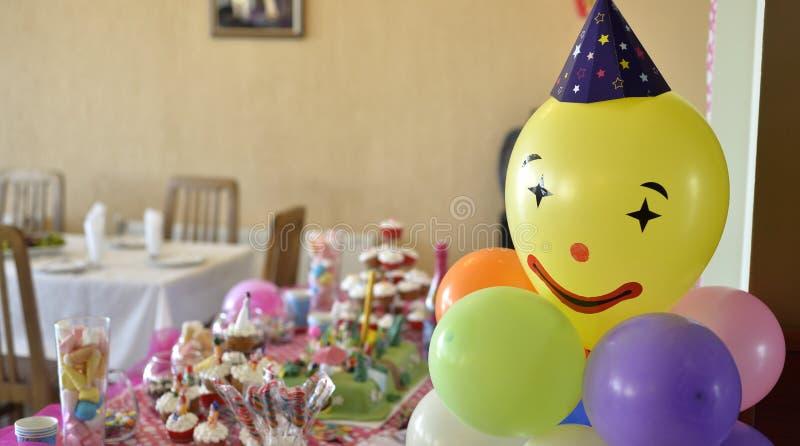 Kolorowy urodziny stołu położenie zdjęcia stock