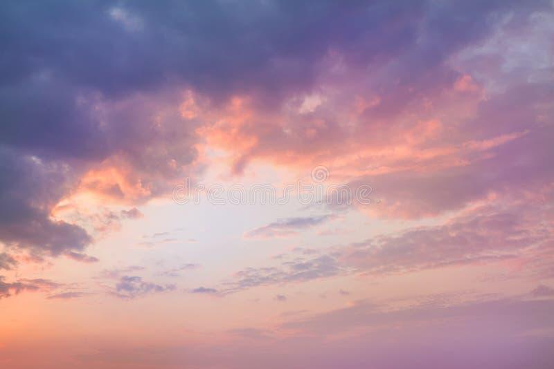 Kolorowy wibrujący dramatyczny niebo z purpurami pomarańczowe chmury ujawnienia zawodnik bez szans zmierzchu czas pięknie się tło zdjęcia stock