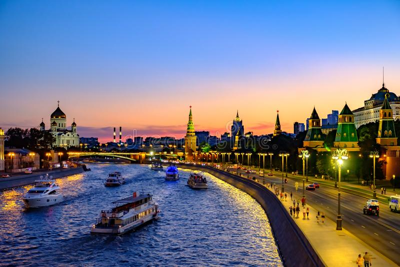 Kolorowy wieczór krajobraz na bulwar rzece Kremlin i Moskwa zdjęcie royalty free