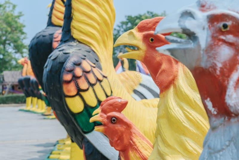 Kolorowy wiele kogut statuy przy królewiątka Naresuan zabytkiem fotografia royalty free