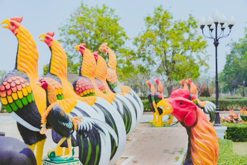 Kolorowy wiele kogut statuy przy kr?lewi?tka Naresuan zabytkiem zdjęcia stock