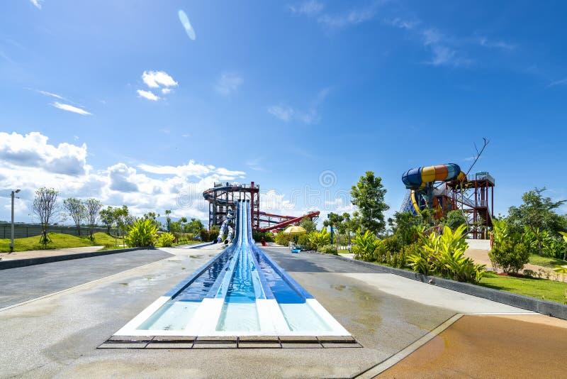 Kolorowy wielki suwak przy rozrywki wody parkiem lub aquapark w pięknym dniu chmurnego i niebieskiego nieba obrazy royalty free